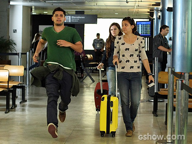 André corre atrás de Bárbara no aeroporto (Foto: Camila Camacho/TV Globo)