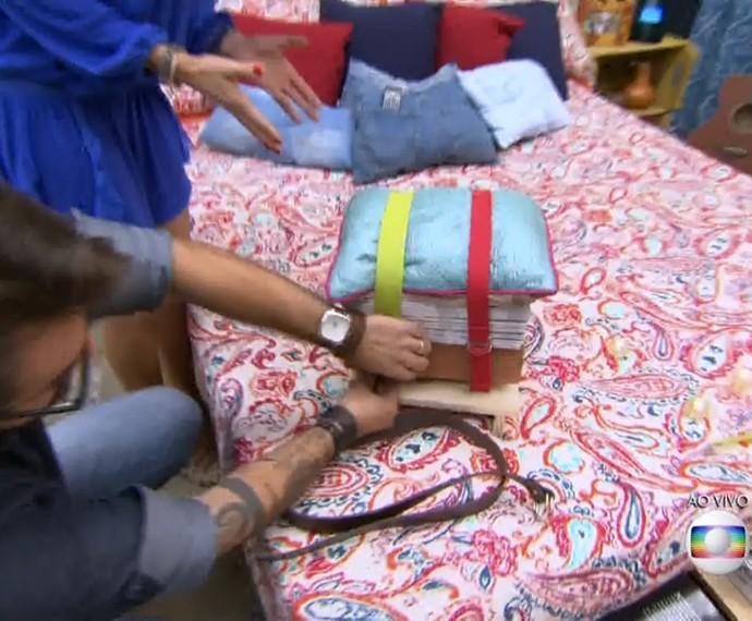Com tijolo, revistas, cinto e almofada você faz um banquinho (Foto: TV Globo)