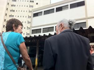 Ox ex-presos políticos Nanci Miyaki e Antonio Carlos Fon em frente ao prédio do extinto DOI-Codi (Foto: Roney Domingos/ G1)