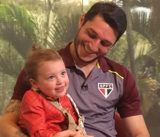 Goleiro Denis, do São Paulo, com a filha Maria Rosa, de quase dois anos (Foto: Marcelo Hazan)