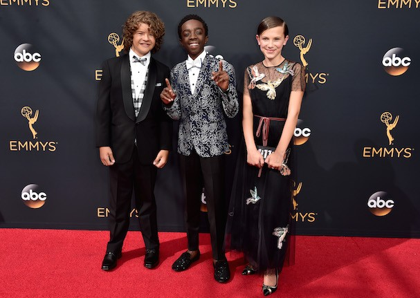 Gaten Matarazzo, Caleb McLaughlin e Millie Bobby Brown, de Red Valentino (Foto: Getty Images)