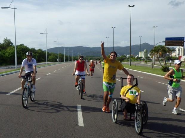 Com ajuda de amigo, Vinícius costuma participar de corridas em Florianópolis (Foto: Vinícius Schmidt/Arquivo pessoal)