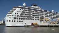 Navio residencial de luxo passa por duas cidades de SC