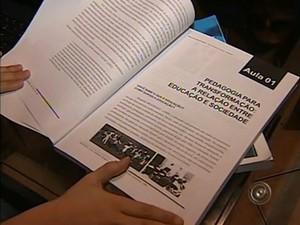 O alunos recebem todo o material didático e cumprem as aulas pela internet (Foto: Reprodução/TV TEM)