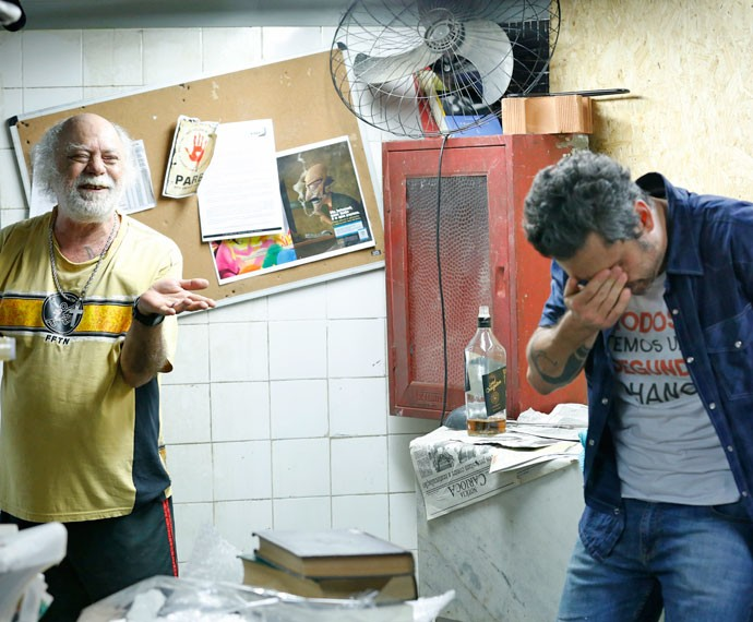 Ascânio se diverte com situação de Romero (Foto: Ellen Soares / Gshow)