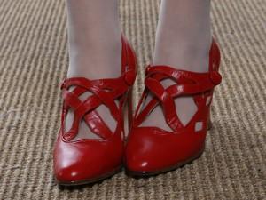 Vanessa adorou os sapatos vermelhos da personagem (Foto: Gabriela / TV Globo)