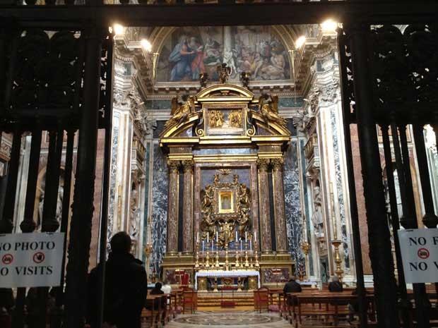 O Santo Padre rezou em frente ao altar que guarda uma imagem de Nossa Senhora. (Foto: Juliana Cardilli / G1)