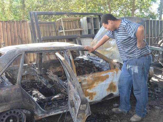 Mulher incendeia carro do marido e 3 camisas do Timão em Piracicaba, SP (Foto: Fernanda Zanetti/G1)