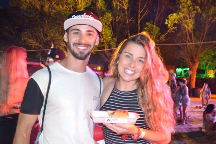 Casal William Gonçalves de Oliveira, 22, e Ana Luísa Lopes da Cunha Ferrão, 24, aproveita os food trucks do espaço Meu Planeta (Foto: Joyce Heurich/Gshow)
