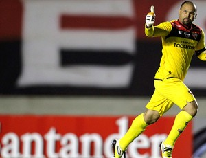 Márcio comemora gol do Atlético-GO contra o Universidad Católica (Foto: Reuters)