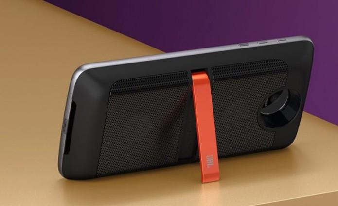 MotoMod da JBL equipa dois alto-falantes extras no celular (Foto: Divulgação/Lenovo)