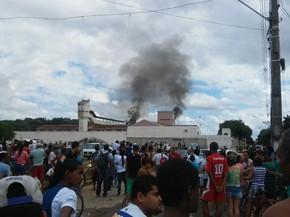 Várias pessoas se concentral do lado de fora do presídio. (Foto: Fabiana Conrado/G1)