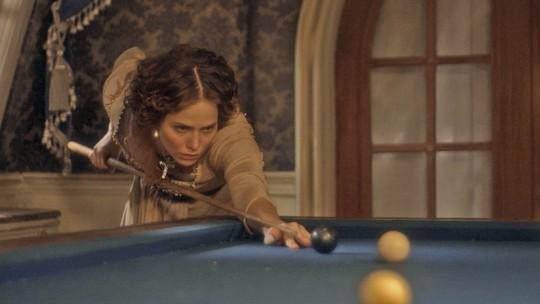 Letícia Colin conquista o público com cenas de Leopoldina jogando bilhar em 'Novo Mundo'