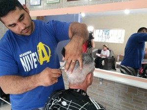 Atleta de força também é cabeleireiro em Biritiba (Foto: Bruno Rocha/GE)