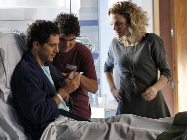 Laila e Bernardo mostram foto de Joaquim para o irmão (Foto: Raphael Dias/Gshow)