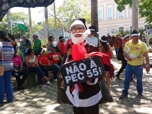 Vestido de papai noel, servidor protesta contra as medidas do governo (Foto: Marcio Chagas/G1)