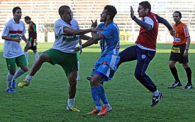 Novo Hamburgo e São Paulo de Rio Grande brigam no Estádio do Vale (Foto: Rodrigo Rodrigues/Jornal NH, Divulgação)