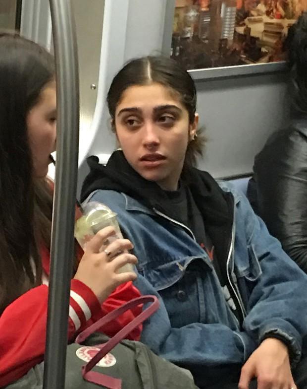 Lourdes Maria, filha da cantora Madonna, anda de metro em Nova York  (Foto: Grosby)