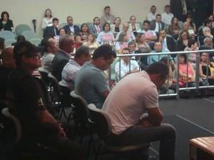Acusados da  morte de Manoel Mattos no banco dos réus  (Foto: Jhonathan Oliveira/G1)