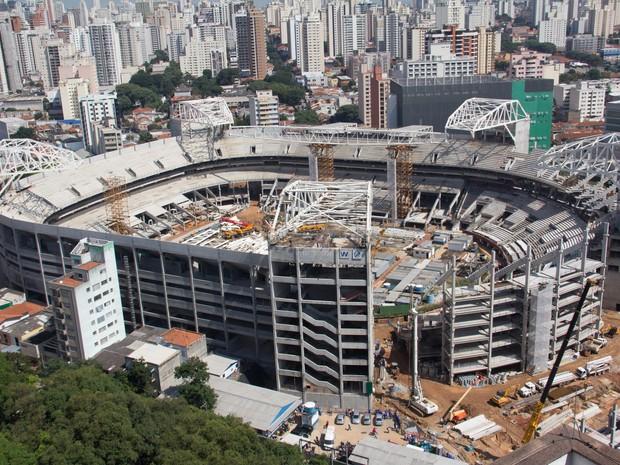 Uma parte da arquibancada que está sendo construída na Arena Palestra, o novo estádio do Palmeiras, desabou na manhã desta segunda-feira e causou a morte de um dos operários da obra, na zona oeste de São Paulo.  (Foto: Diogo Moreira/Frame/Estadão Conteúdo)