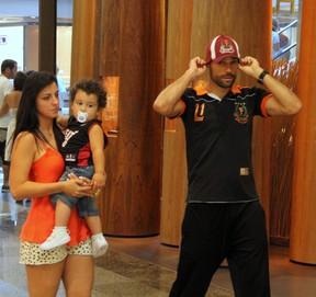 Diego Cavalieri passeio com a família em shopping no RJ (Foto: Marcus Pavão/AgNews)