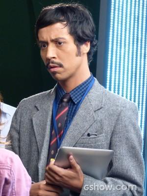 Visual nerd! Arlindo Lopes aparece de bigode e costeleta na pele de Murphy (Foto: Geração Brasil/TV Globo)