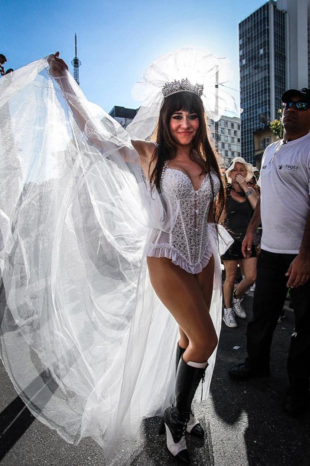Alessandra Negrini em bloco de carnaval (Foto: Raphael Castello/AgNews)