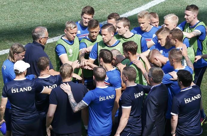 Jogadores islandeses se unem no último treino antes de enfrentar a Inglaterra (Foto: REUTERS/Eric Gaillard)