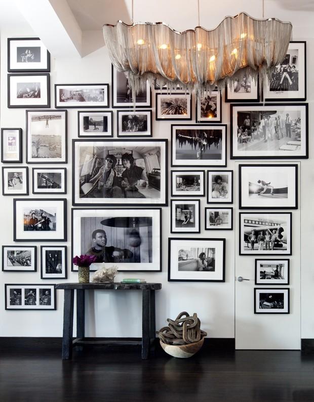 Décor do dia: hall coberto por fotografias em P&B (Foto: Nick Johnson/ divulgação)