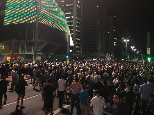 Manifestação na Avenida Paulista pede que a Presidente Dilma reununcie  (Foto: Roney Domingos/G1)