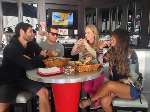 Angélica tem papo animado com convidados em Las Vegas (Foto: Estrelas/TV Globo)