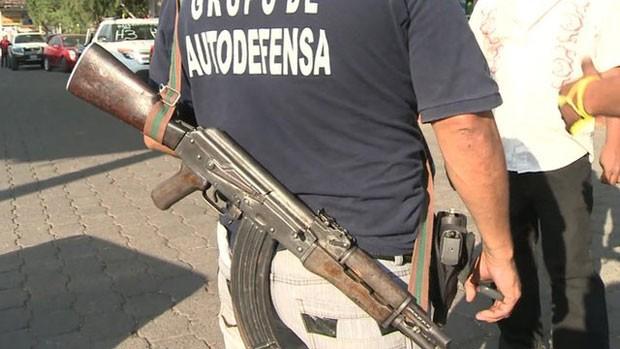 No México, milicianos dizem que se cansaram de pagar 'pedágios' a cartéis de drogas (Foto: BBC)