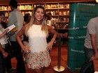 Ana Paula Minerato usa saia florida para prestigiar evento