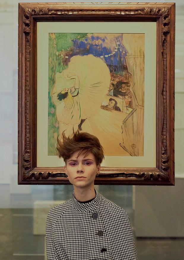 Michi Czastka em frente à pintura A Roda (1893) com casaco Dior (R$ 15 mil) e brincos Pedro Lourenço para Jack Vartanian (R$ 2.950) (Foto: Hick Duarte)