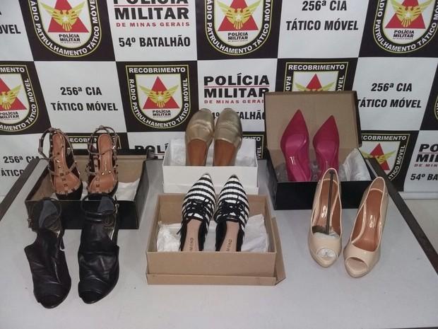 Sapatos apreendidos pela PM em Ituiutaba (Foto: Polícia Militar/Divulgação)