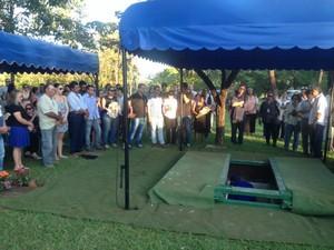 Corpo do poeta Manoel de Barros é enterrado em Campo Grande MS (Foto: Gabriela Pavão/G1 MS)