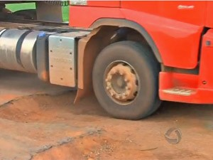 buraco em estrada de mato grosso (Foto: TV Centro América)