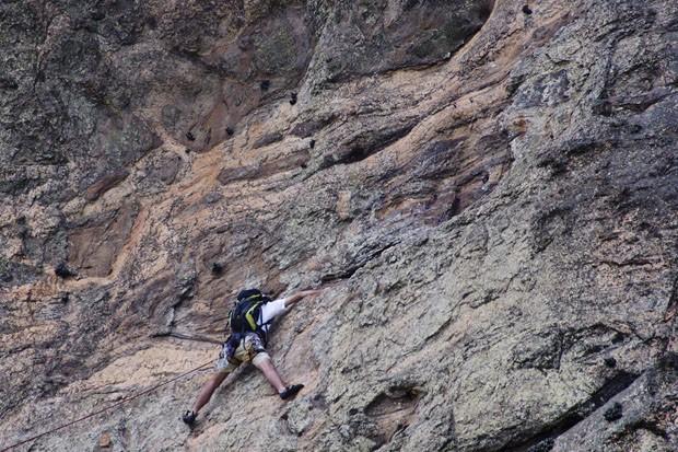 """Junto ao paredão, um escalador amarrado a uma corda vence a face norte da Cabeça do Imperador, próximo ao """"olho"""" esquerdo da figura imaginária. (Foto: © Haroldo Castro/ÉPOCA  )"""