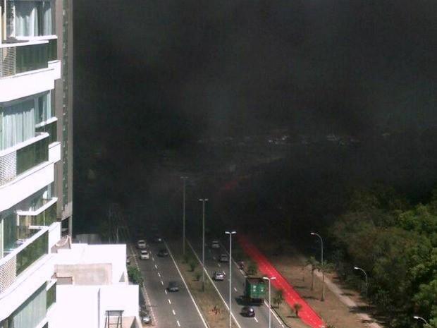 Fumaça atrapalhou visibilidade dos motoristas que transitavam pela Aveniad Norte Sul. (Foto: Alan Taufner/VC no ESTV)