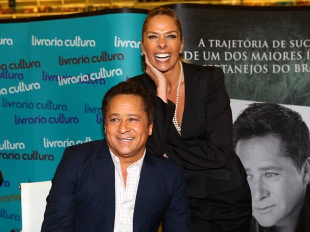 Leonardo e Adriane Galisteu em lançamento de livro em São Paulo (Foto: Iwi Onodera/ EGO)