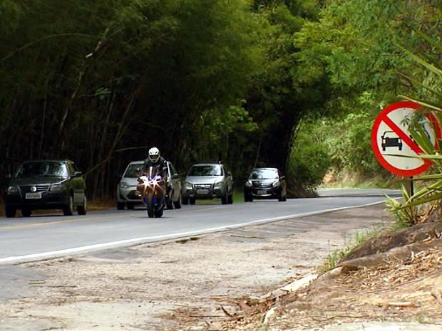 Motociclista com moto esportiva ultrapassa cinco carros em trecho proibido na SP-360 (Foto: Reprodução / EPTV)