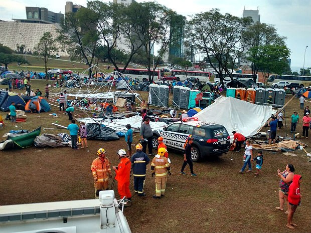 Corpo de Bombeiros atende feridos por queda de tendas com a chuva na Esplanada, em Brasília (Foto: Corpo de Bombeiros/Divulgação)