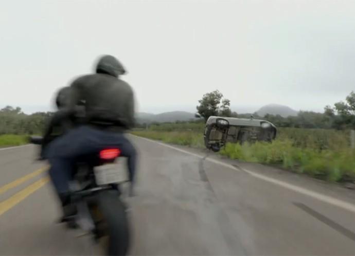 Carro capota na estrada! (Foto: TV Globo)