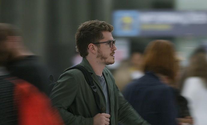 Alex tenta fugir da polícia no aeroporto (Foto: TV Globo)