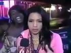 Repórter é interrompida e 'se vinga' ao deixar torcedora bêbada sem graça