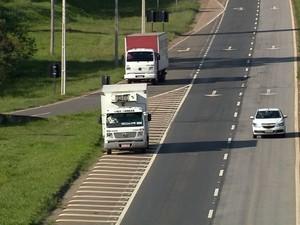 Caminhão estacionado em local proibido na Fernão Dias (Foto: Reprodução EPTV)