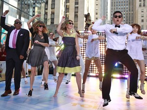 Psy canta e dança 'Gangnam style' no programa 'Today', da NBC (Foto: Reuters/Brendan McDermid )