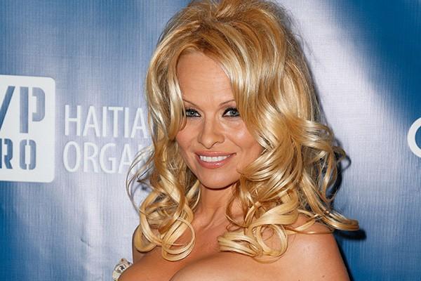 """Pamela Anderson tem fobia de espelhos. E de assistir a si mesma nas telas. """"Se algum dos meus trabalhos estiverem passando na televisão, eu saio da sala"""", disse a atriz. (Foto: Getty Images)"""