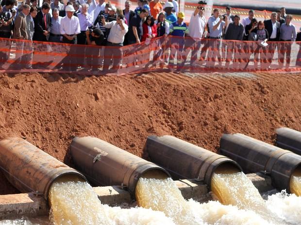O governador Geraldo Alckmin inicia bombeamento de água do volume morto do sistema Cantareira, na cidade de Joananópolis, interior de São Paulo (Foto: Luciano Claudino/Código19/Folhapress)