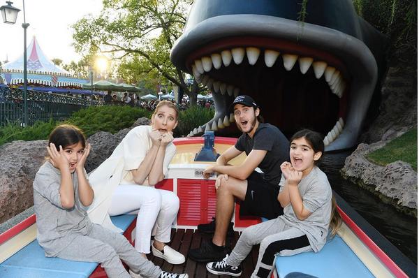 A cantora Celine Dion na Disney com os filhos (Foto: Instagram)